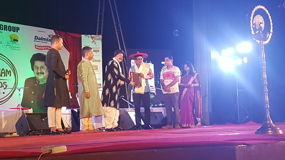 JIS University has been awarded as the fastest emerging University of India in 'Byatikrom' Award Ceremony of Assam held at Pragjyoti ITA Centre, Machkowa Guwahati on August 11, 2018. The award has been given by Dept. of Cultural Affair in association with Dept. of Tourism and Byatikrom Magazine. Mr Bidyut Majumdar DGM - JIS Group, has received the award from Padmashri Pankaj Udhas in this Prestigious Event.